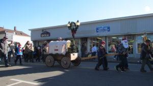 03-joey-pulling-the-wagon-sam-in-elf-hat-behind